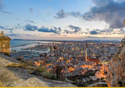 Panorámica al anochecer desde el castillo de Santa Bárbara, Alicante. Foto cedida por Swiss Airlines