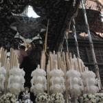 Detalle de los cirios sevillanos de Nuestra Señora de los Dolores y San Juan de la Palma.