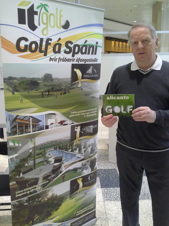 Hoerdur Hilmarsson director de ventas de IT Travel (Islandia), que en 2012 participó en Alicante en un Fam trip organizado junto a la Oficina Española de Turismo, se fotografía junto a la promoción de golf en Alicante instalada en Islandia durante la acción promocional de marzo de 2013. Hablando con él nos explicó que gracias a esa visita ha incrementado sus paquetes de golf a Alicante.