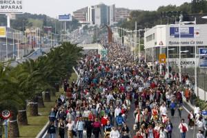 Miles de personas caminan hacia Santa Faz.