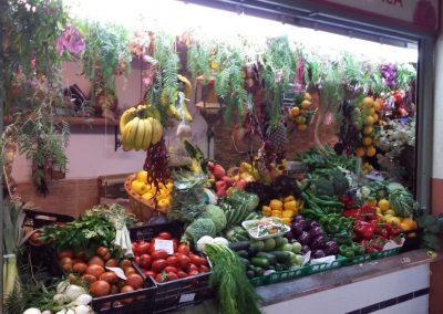 Puesto de frutas y verduras en la planta baja del Mercado Central de Alicante