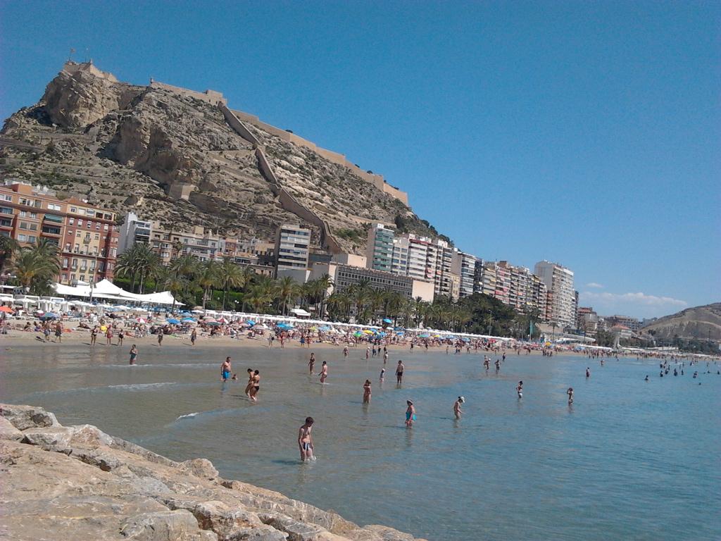 Playa del Postiguet en verano