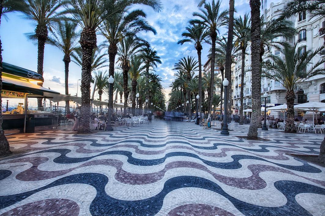 La Explanada, entre un mar hecho con olas de piedra y un cielo pintado por palmeras