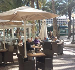 Turistas disfrutando en la Explanada de Alicante