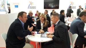 La Concejal de Turismo Eva Montesinos y el Gerente del Patronato Municipal de Turismo de Alicante, Agustín Grau reunidos con Roger Maragues de Hotelbes.