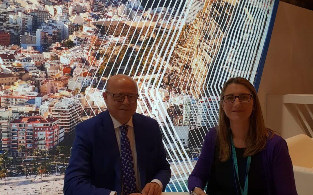 El Ayuntamiento de Alicante y Movelia firman en Fitur un acuerdo para impulsar acciones conjuntas de promoción de la ciudad
